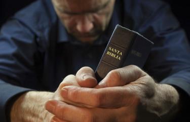 La oración constante y la lectura bíblica son el cementerio de los Dioses.
